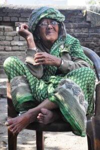 Une vieille Indienne accepte de se faire prendre en photo
