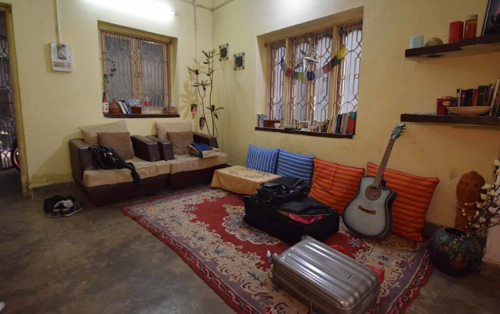 Les deux valises dont j'ai besoin pour vivre et travailler... Ici mon appartement en Inde