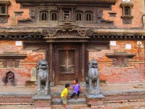 Des enfants qui jouent au Népal (2015)